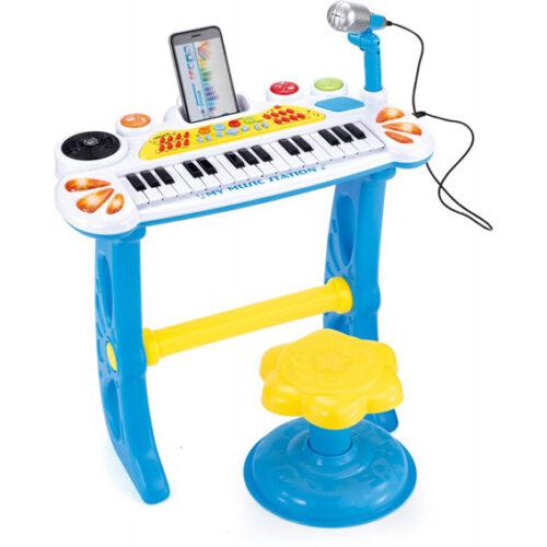 Divan dizajn i brojne funkcije pružiće detetu dugu zabavu. Može da proizvede mnogo razlićitih zvukova koji će detetu privući pažnju. Elektronski klavir može zvučati kao 3 različite životinje,8 različitih muzičkih istrunenata,12 unapred snimljenih melodija i 8 bubnjeva. Dimenzije klavijature Širina-21cm Dužina-45cm Visina-50cm Visina stolice 26cm, prečnik 21 cm Takođe postoji i priključak za povezivanje MP 3 ili telefona kako bi dete moglo da peva uz njegovu omiljenu pesmu dok koristi mikrofon koji se nalazi u kompletu. Mikrofon ima dugme za izključenje zvuka. Zabavna tastatura sa mikrofonom, stolicom i svetlosnim efektima. Kompet sadrži sintisajzer na stalku, mikrofon i stolicu. Elektronska tastatura sa visokom simulacijom zvuka Mikrofon Priključak za MP3 31 taster 12 stereo meledija već usnimljenih 8 vrsta muzičkih istrumenata 8 vrsta ritma 8 vrsta zvukova bubnja 3 vrste zvukov životinja Svetleće lampe DJ crni veliki taster(okreće se u krug) Za rad koristi baterije 3 AA 1.5 V posebno se kupuju.